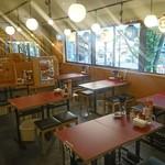 大衆酒場 しろくまストア - 開放感あるテーブル席