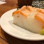 新鮮魚介・浜焼きとワインのお店 Fish Market - お通しのサーモンの押し寿司