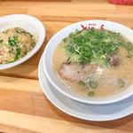 長浜ラーメン 博多屋台 ともちゃん - 料理写真:今回は「ラーメン」(600円)と「半チャーハン&餃子セット」(230円)をいただきました。