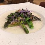 レ・カネキヨ - 富良野産グリーンアスパラと北海道産鶏胸肉のポッシェ 北海道産メークインのスープ仕立て