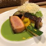レ・カネキヨ - ノルウェー産サーモンマリネのソテー 南仏風野菜と新緑を想わせるエンドウ豆のグリーンソース