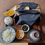 茶寮 三日月とうさぎ - 月うさぎ弁当 六角形の弁当箱は2段になっていてそれを袱紗で包んでいる