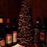サウダージ - ワインのボトルが飾ってあります。