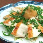 ひな一 - 比内地鶏胸肉のたたき780円/リピート率がとても高い比内地鶏の逸品料理です!