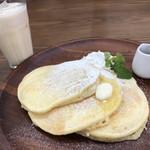 アンファンスカフェ&インテリア - クラシックパンケーキ 500円 バナナベースのミックスジュース♪ +200円