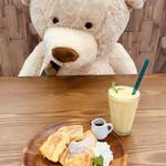 アンファンスカフェ&インテリア - 大きなクマちゃんと相席♡