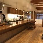 山地陽介 - 店内カウンターと厨房