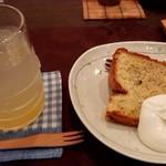 予約席 - 料理写真:冷たいゆず茶(500円) ドリンクにはおやつが付くようです。本日はシフォンケーキ。