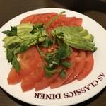 108458924 - トマトとアボガドのサラダ