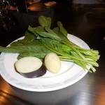 六本木モンシェルトントン -  鉄板で調理する前の宮崎県佐土原産の茄子、新ジャガイモ、ほうれん草です。