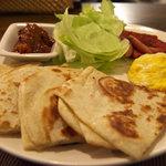 DINING小麦 - 北京の家庭料理、大餅(ターピン)ピタパン風の餅におかずを挟んで!