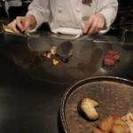 六本木モンシェルトントン -  茨城県産の特選A5サーロインと、その脂身を鉄板で調理している様子です。
