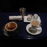 六本木モンシェルトントン -  上にクッキーとバニラアイスクリームをのせたクレームブリュレと、コーヒーです。
