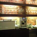 バティチ - 店内のカウンター席の風景です