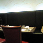 バティチ - 店内のテーブル席の風景です