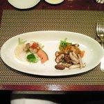バティチ - バティチランチ 1300円 のお肉料理とお魚料理の盛り合わせ