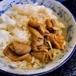 だるま食堂 - もつ煮定食(もつ煮をご飯にかけて)