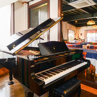 ピアノの生演奏を聴きながら優雅なディナーをどうぞ♪