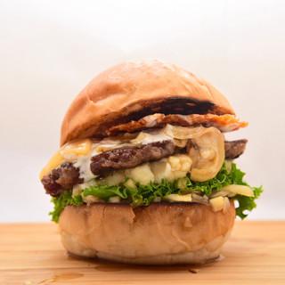 特注バンズに牛100%のパテを使用した、自慢のハンバーガー!