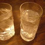 壹眞珈琲 - 水 グラスが楕円形。お店で購入出来ます。