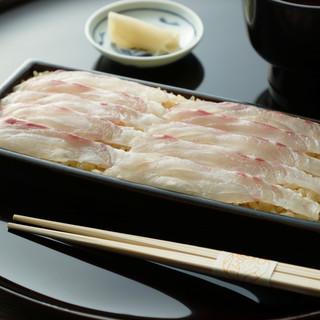 和久傳の名物料理「鯛の黒寿司」