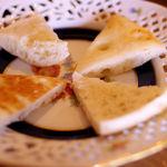 スイジガイ カフェ - ムサカに付いてきた。パンのようなフォカッチャのような・・・