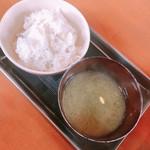 地鶏食堂 - 麦飯&アオサの味噌汁