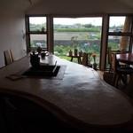 蕎麦+酒=雲母 - 店内(窓からの風景は・・・田舎)