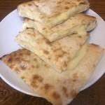 エベレスト キッチン - チーズナン