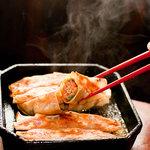 紅虎餃子房 - 料理写真:毎日お店で手作りの名物!「鉄鍋棒餃子」