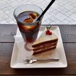ツキ コーヒースタンド - ショコラショートケーキ&アイスコーヒー Bitter