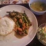 Soul Food Bangkok - 日替りランチ 鶏肉と空芯菜のピリ辛炒め目玉焼きのせ 890円