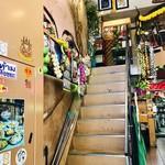 大阪カオマンガイカフェ - この階段を上がって二階席へ