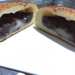 バックハウスイリエ クリームパン売り場 - 幸せな断面図。お餅とあんこ〜(//◜◒◝//)