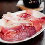 イル コテキーノ - 料理写真:非加熱ハムの盛り合わせ 1人分