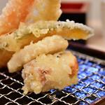 かっちゃん - 【せんべろセット@税込1,000円】おまかせ天ぷら盛合わせ:別角度にて