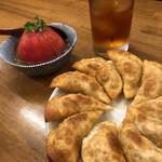 もつ焼きと円盤餃子もつ治 - 冷やしトマト&円盤餃子
