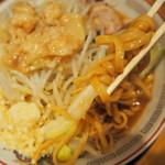 ラーメン豚山 - 麺アップ