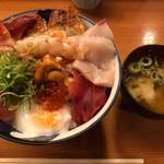 割烹 秋やま - 海鮮丼とワカメのお味噌汁