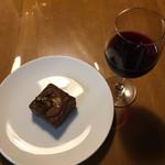 サタデイズ チョコレート ファクトリー カフェ - ブラウニー ワインと一緒に頂きました