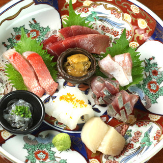 豊洲市場直送の確かな鮮度。朝取れの旬魚を贅沢に一皿に。
