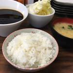 串カツ さくら - ・定食セットのごはん、味噌汁、キャベツさん