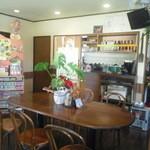 カフェハウス カヴァッルッチョ - 明るくて居心地の良い店内