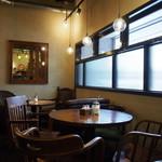 カフェ グルー - 店内(テーブル席)