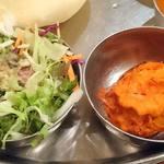 108634884 - DAKSHIN 八重洲店 ランチ Aセットに付くサラダと、選んだ玉ねぎを豆粉で包んだインド風てんぷら