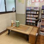 橋本食堂 - 座敷。他の席は周りに迷惑なので撮影しなかった。 このテーブルをアルコールで丁寧に拭いていた。