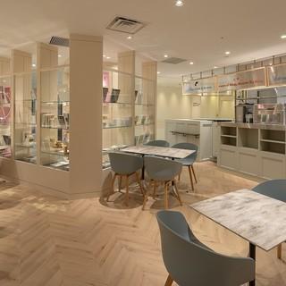 【リニューアル】採光豊かに過ごせる優しくクリーンなカフェ空間