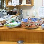 つきのや - カウンターに並ぶ美味しそうな大皿料理