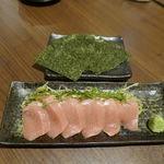 マグロ専門居酒屋 新魚濱 - 続いては、炭水化物抜きが信条な方にも嬉しいご飯抜きスタイルな「とろたく」980円を追加注文。