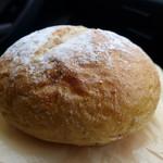 温香 - 石臼挽き全粒粉のプチパン(110円)